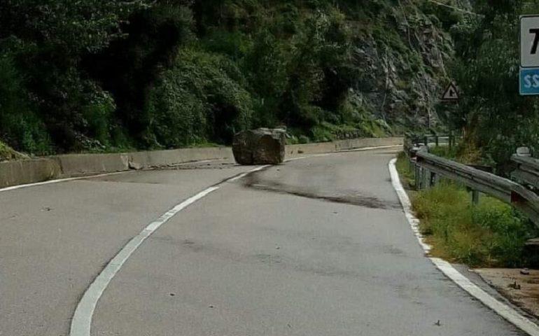 (VIDEO) Maltempo in Ogliastra, la situazione sulle strade. Masso sulla carreggiata nei pressi di Gairo Vecchio