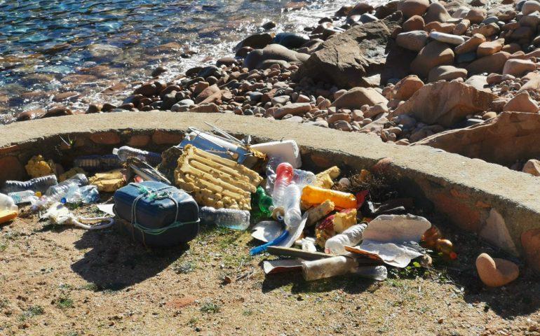 (FOTO) Spazi pubblici a vocazione turistica: spazzatura e degrado a Cala Moresca, fiore all'occhiello di Arbatax