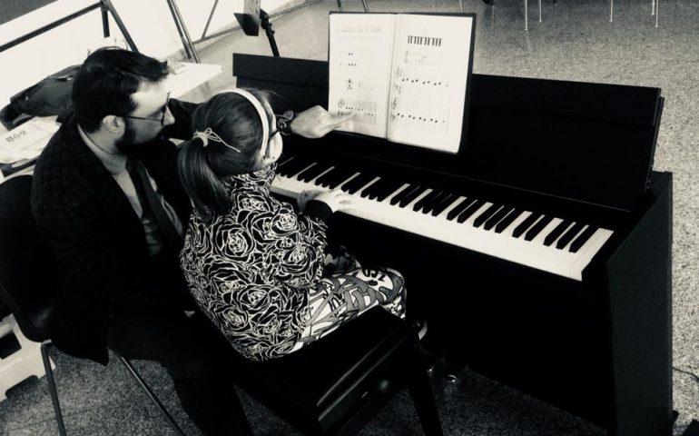 La fotonotizia. Da oggi anche la sede della Scuola di Musica per l'Ogliastra di Bari Sardo ha un nuovo pianoforte