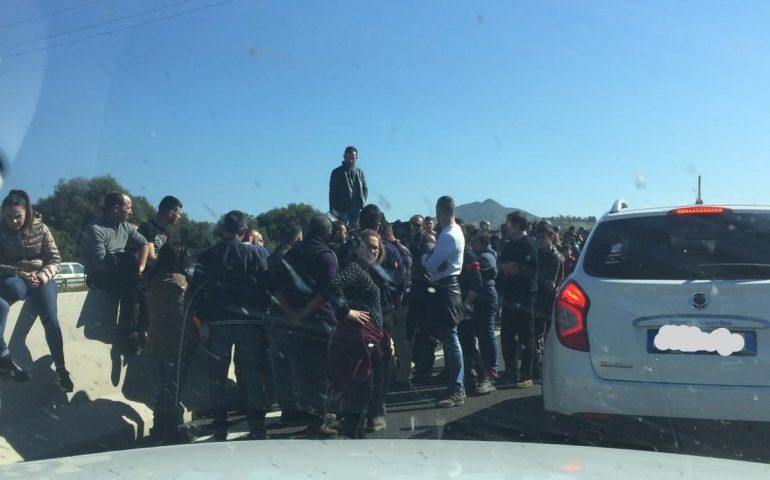 I pastori in protesta bloccano la 131. La minaccia: «Il 24 febbraio non faremo votare nessuno»