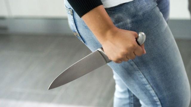 Mamma tenta di colpire il figlio con 20 coltellate: non voleva fare una passeggiata, questa la motivazione