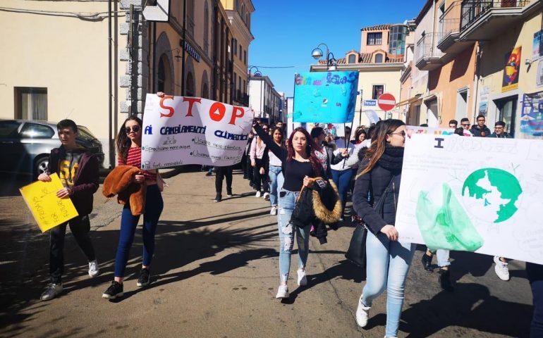 (FOTO) «La terra sta morendo, vogliamo il cambiamento». Gli studenti a Tortolì aderiscono al Global Climate Strike for Future