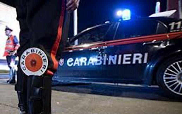 Notte brava a Nuoro per un pregiudicato: evade i domiciliari, ruba un'auto e danneggia quella dei carabinieri