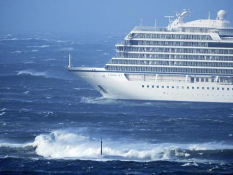 Nave da crociera in balia del mare in tempesta: odissea quasi finita
