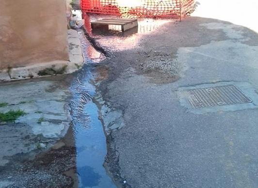 Tortolì, una grossa perdita d'acqua in centro rovina le giornate dei residenti nel silenzio di Abbanoa