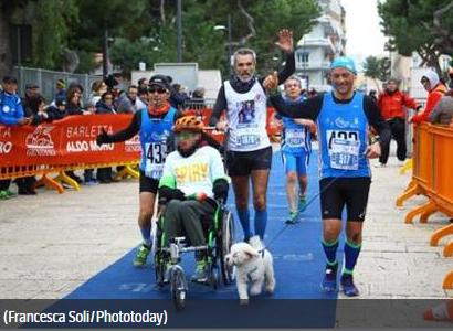 Corre alla maratona con il figlio in sedia a rotelle: squalificato per gli ultimi metri percorsi col cane