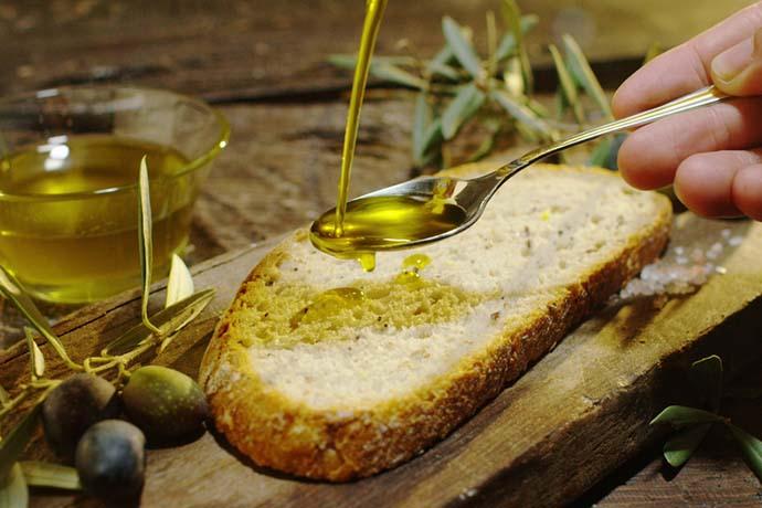 Merendine? No, grazie. In una scuola del Cilento gli alunni tornano a mangiare pane e olio all'intervallo