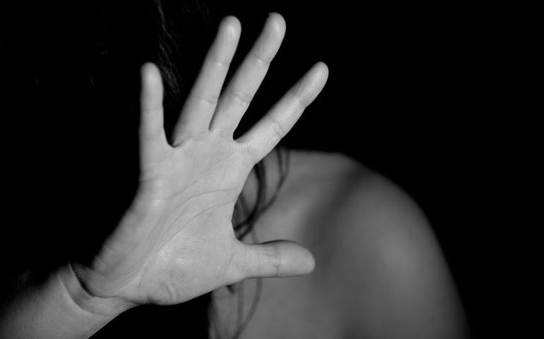 """18enne stuprata da un branco di 4 amici, il padre li difende: """"Mia figlia era ubriaca"""""""