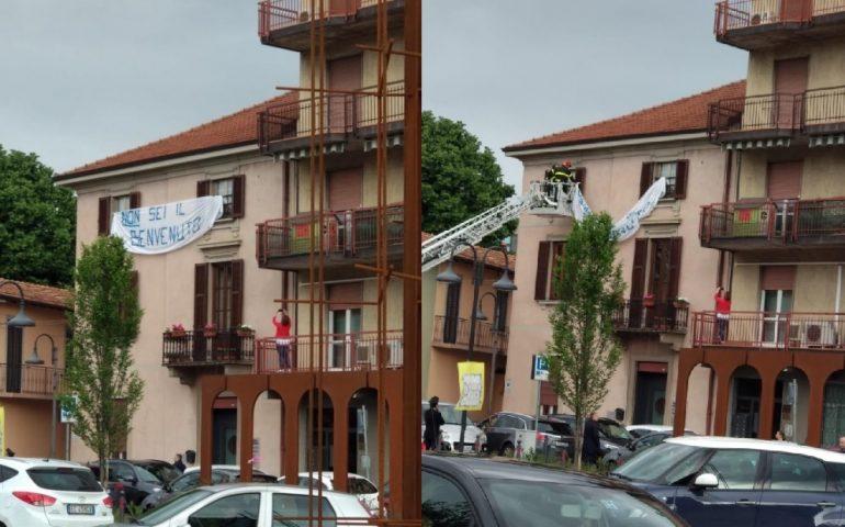 """Vigili del fuoco rimuovono striscione anti-Salvini. Infuria la polemica: """"Uso improprio delle forze dell'ordine"""""""