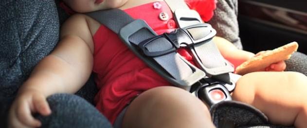 Lascia i bambini da soli in macchina e va a fare shopping: uno di loro chiama il 911