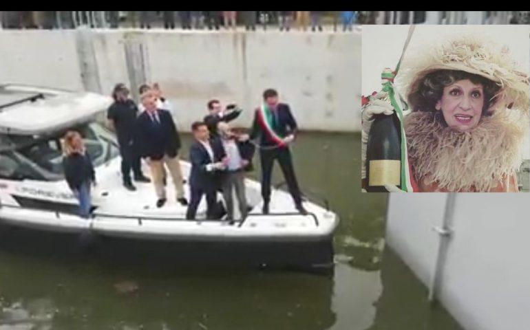(Video) La bottiglia non si rompe: il trionfale varo del sindaco di Pisa di fantozziana memoria