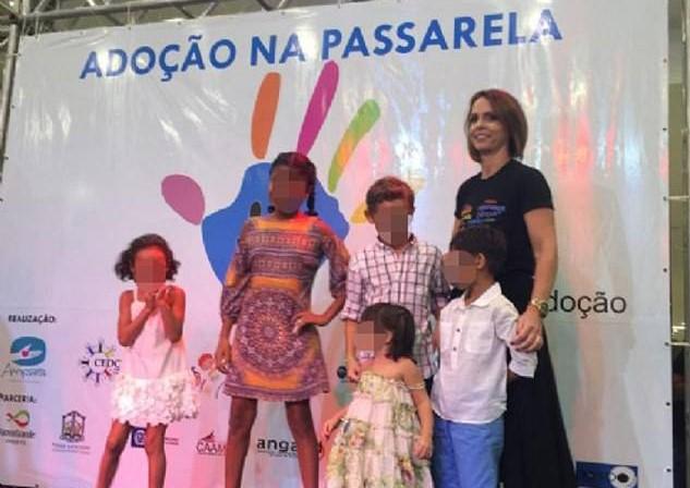 Brasile: bimbi orfani sfilano in passerella per cercare adozione. Le polemiche