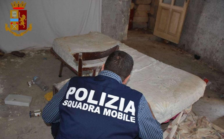 Orrore a Ragusa: faceva prostituire la figlia per una doccia, sigarette, vino