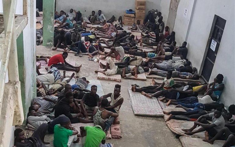 Libia, bombardato un centro di detenzione migranti: morte 40 persone