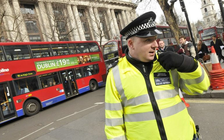Londra. Diffondono gas nella metro: la polizia cerca due uomini