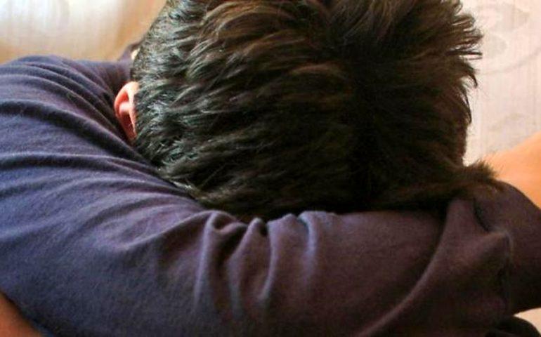 Schiaffi, strette al collo e lancio di oggetti a un alunno autistico: nei guai insegnante di sostegno