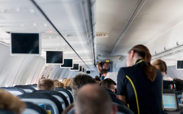 Hostess ubriaca in volo. Licenziata, rischia fino a sei mesi di carcere
