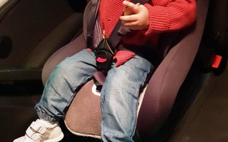 Seggiolino in auto per il bambino, da febbraio sarà obbligatorio il dispositivo anti-abbandono