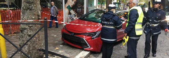 79enne perde il controllo dell'auto e travolge mamma e figlie alla fermata del bus. Accade a Roma