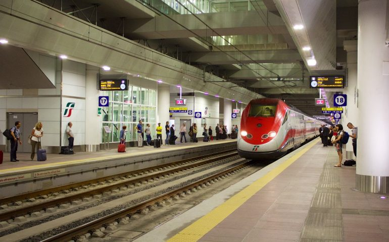 Bologna, tentato omicidio sul Frecciarossa: uomo accoltella la ex e un passante