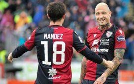 I giocatori del Cagliari Nainggolan e Nandez festeggiano un goal.