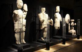 Alcuni dei Giganti di Monti Prama esposti al Museo Archeologico di Cagliari.