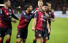 I giocatori del Cagliari festeggiano il goal di Simeone contro la Lazio.