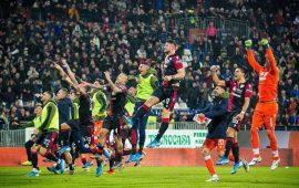 I giocatori del Cagliari esultano dopo la vittoria, in casa, contro la Sampdoria.