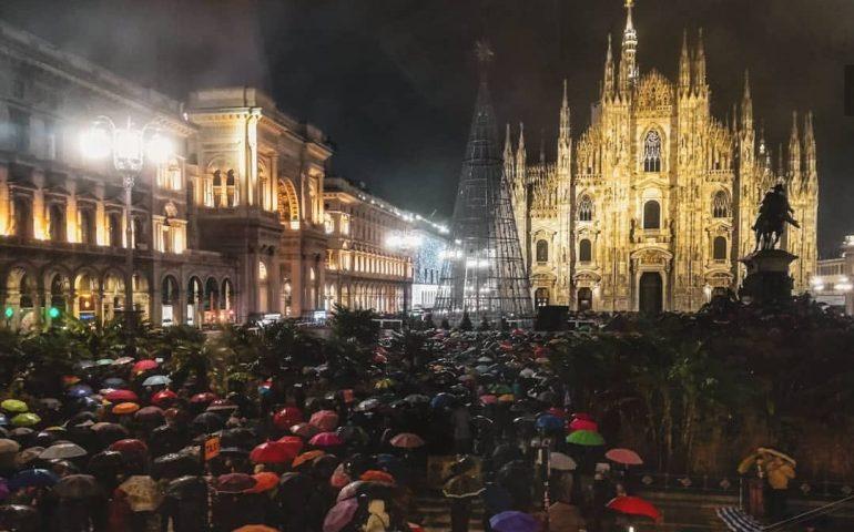 """Piazza Duomo: 25mila """"sardine"""" sfidano la pioggia per dire """"Milano non si lega"""""""