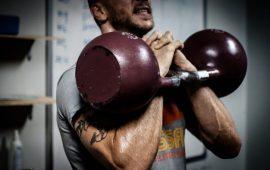 Detenuto si allena in palestra body building.