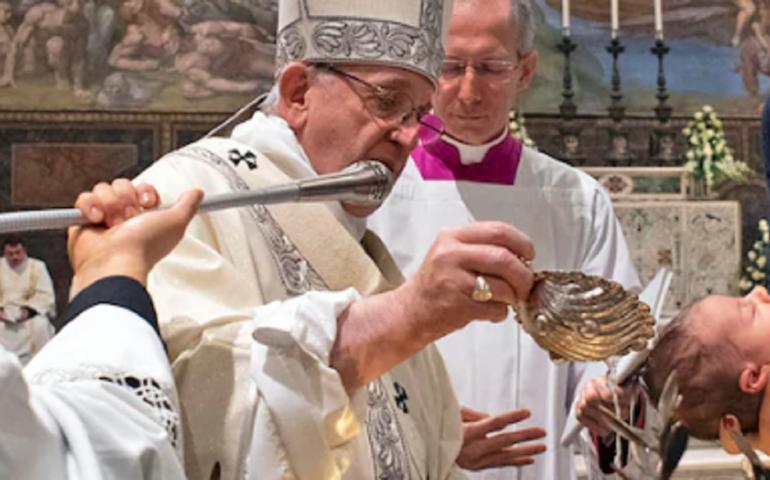 Papa Francesco mentre battezza i bambini alla Cappella Sistina: «Se hanno fame allattateli pure qui»