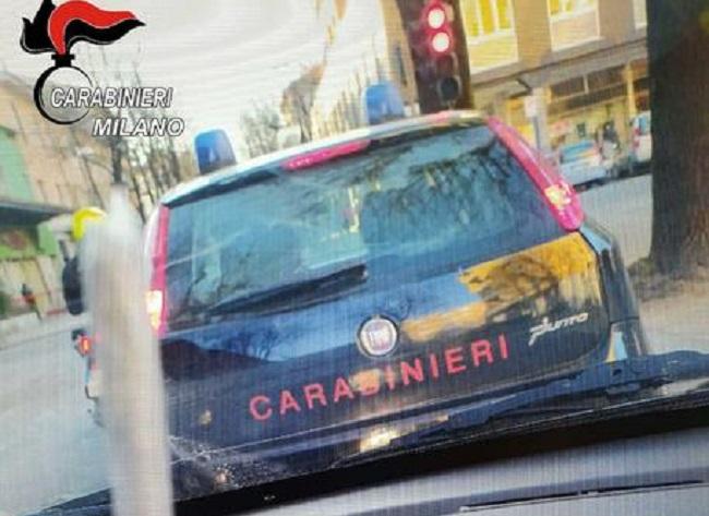 Scattano foto allo spinello vicino all'auto dei Carabinieri: furbetti denunciati per possesso di droga