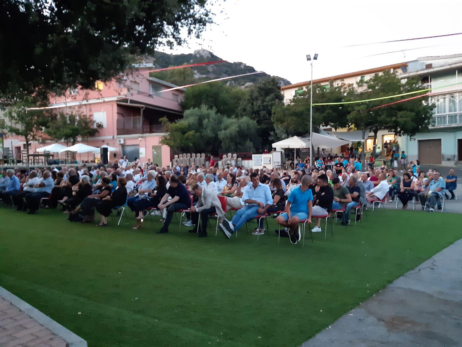 Il numeroso pubblico accorso all'inaugurazione de Sa Domo de sa Poesia Cantada.