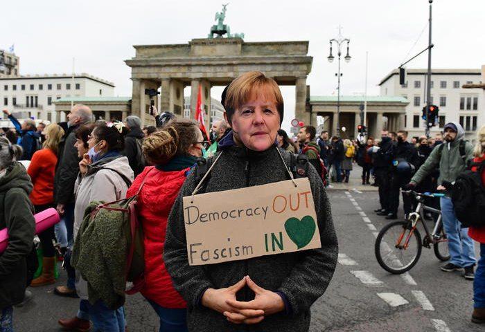Berlino, a migliaia per protestare contro le misure anti Covid