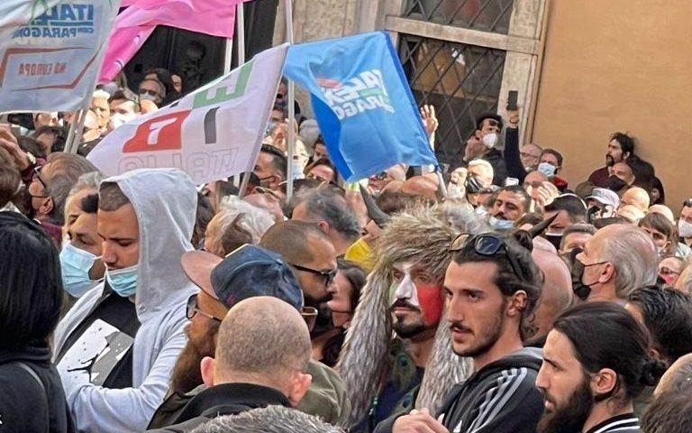 Scontri manifestanti-Polizia a Montecitorio. Spunta uomo vestito come assalitore di Capitol Hill