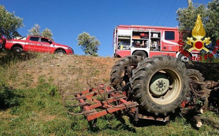 Perde il controllo di un trattore e finisce in una scarpata: muore 50enne
