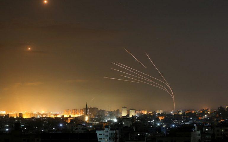 Notte di terrore sulla Striscia di Gaza: non si fermano gli attacchi aerei e lancio di razzi. Vittime innocenti due donne e otto bambini