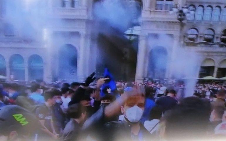 L'Inter è campione d'Italia, festa dei tifosi nerazzurri a Milano: assembramenti in Piazza Duomo