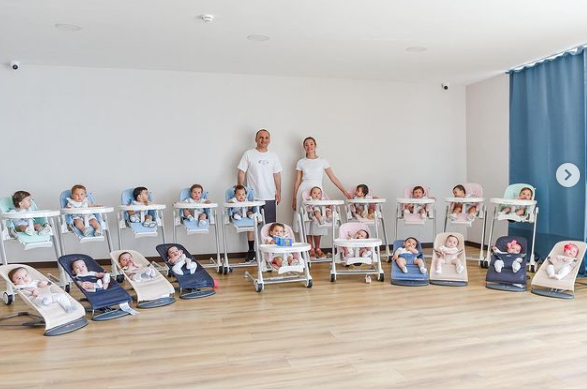 20 figli in un anno con la maternità surrogata: blogger russa e magnate turco e la loro maxi famiglia