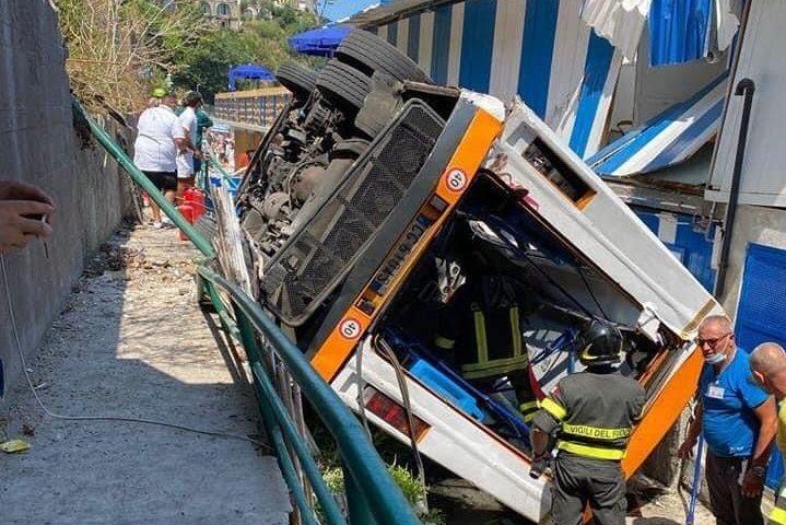Minibus precipita in una scarpata: muore l'autista e vari feriti gravi