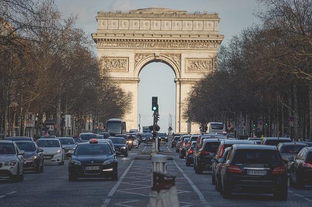 A partire da domani, a Parigi in auto non si potranno superare i 30 km/h