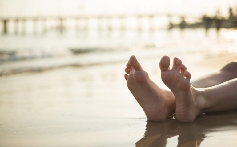 Eboli, fa il bagno nudo al mare: multato dai vigili e picchiato dalla moglie durante il verbale
