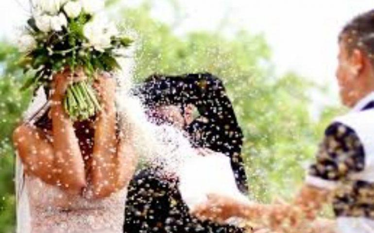 """Italia, 50 kg di riso sul sagrato della chiesa. Il parroco agli sposi: """"Cercate impresa di pulizia"""""""