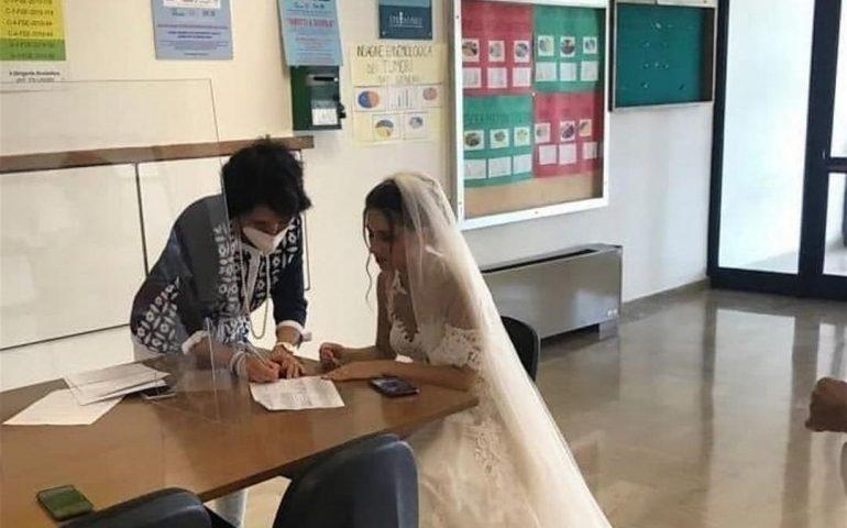 Firma il contratto da precaria nel giorno del suo matrimonio in abito da sposa