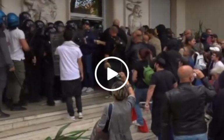 (VIDEO) Manifestazione no green pass, Roma sotto assedio: assalto alla sede Cgil, scontri con la Polizia
