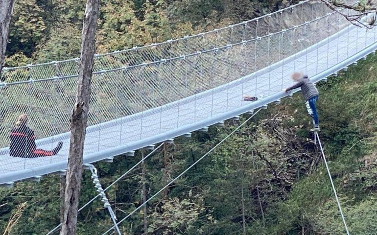 Mamma di tre figli minaccia di buttarsi giù dal ponte: carabiniera la fa desistere e le salva la vita