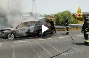 Auto prende fuoco sulla 131 (2)