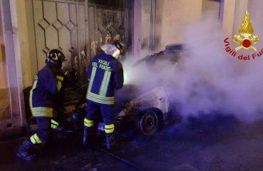 Notte di fuoco a Pirri in fiamme un'auto in via Cairoli (3)