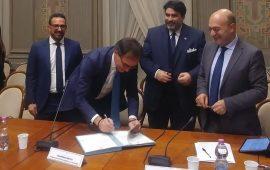 La foto della firma tra Stato e Regione sulla questione accantonamenti - Foto pubblicata da Giuseppe Fasolino
