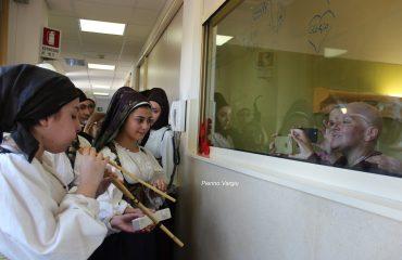 La piccola Elena suona un canto di Natale con le launeddas per la mamma Gloria ricoverata all'Oncologico: la splendida foto di PIERINO VARGIU